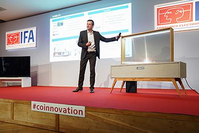 Photo de la TV OLED Panasonic transparente présentée durant l'Innovations Media Briefing de l'IFA 2019 - (crédit : Messe Berlin)